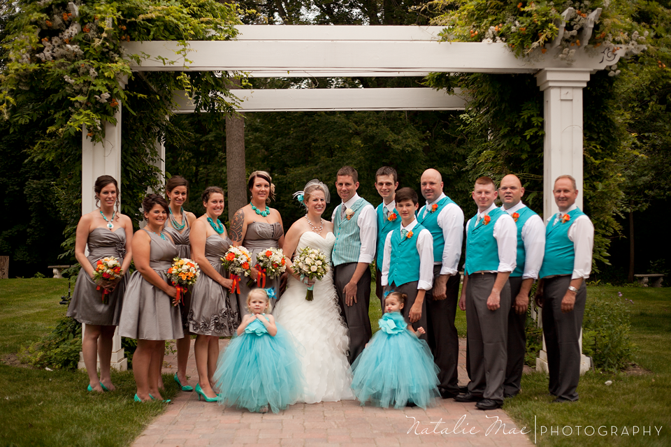 The whole wedding party poses for formals.